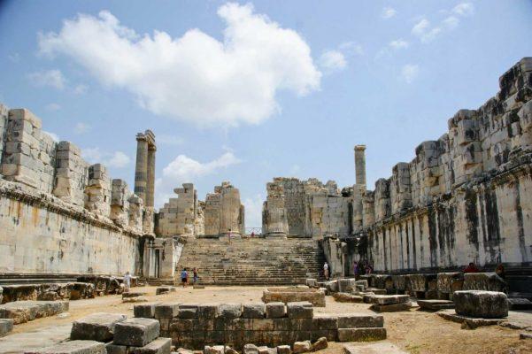 Een van de vele ruïnes