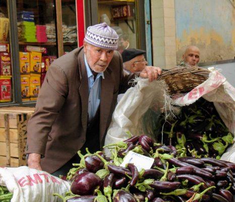 Een foto van de lokale bevolking op de markt