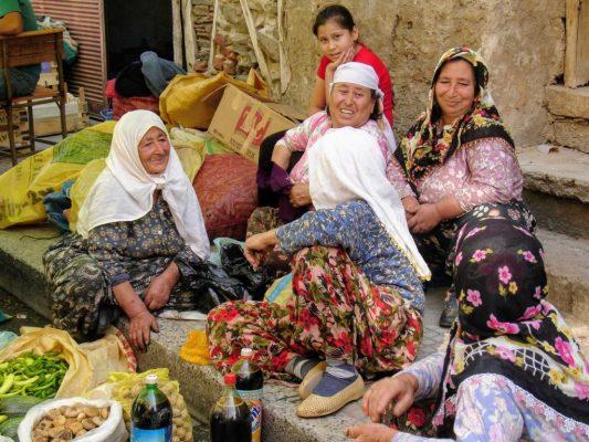 Vrouwen die samen lachen op de markt